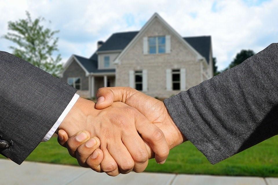 Handshake between buyer and real estate appraiser